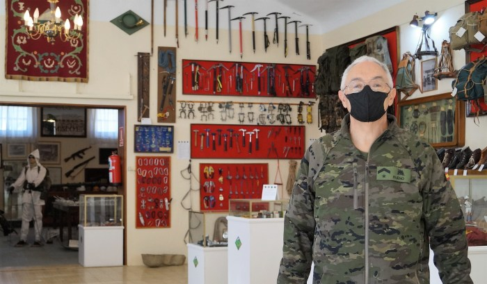 Subteniente Ricardo Bueno, responsable del museo de la Escuela Militar de Montaña y Operaciones Especiales de Jaca. (FOTO: Rebeca Ruiz)