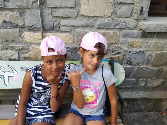 En la primera imagen, la hija de Ruth Franco con la niña saharaui que acogió en su casa, en África. Abajo, en España. (FOTO: Alouda)