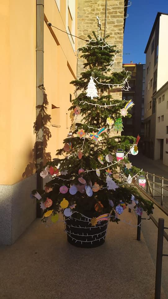 El Árbol de los Deseos ya está en la Plaza del Molino de Sabiñánigo. (FOTO: Ayuntamiento de Sabiñánigo)