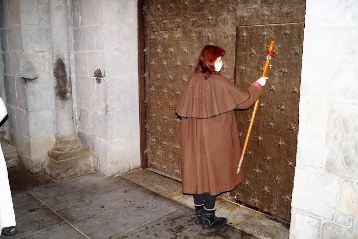 La llamada de una peregrina (Montse García Alonso, expresidenta de la Asociación Amigos del Camino de Santiago de Jaca) a la puerta de la Catedral marcaba el comienzo de los actos. (FOTO: Rebeca Ruiz)