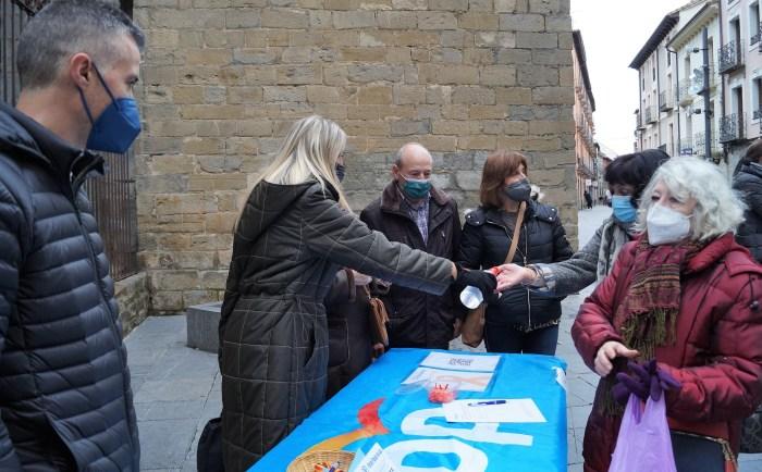 Recogida de firmas del PP conta la Ley Celaá. (FOTO: Rebeca Ruiz)