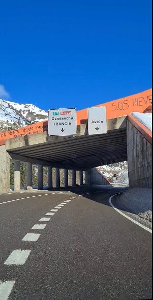 Pintadas a lo largo de la N-330, en el Valle del Aragón.