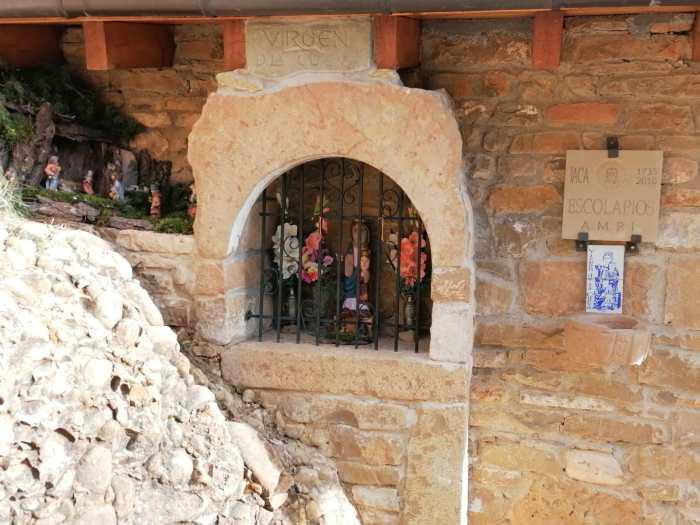 Uno de los belenes más entrañables, el de la Virgen de la Cueva, se colocó en vísperas de Nochebuena.