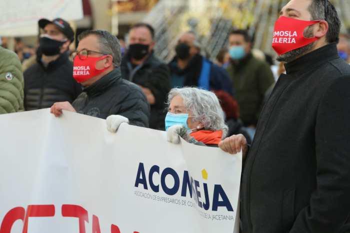 Representantes de Acomseja en la manifestación por el Pirineo.