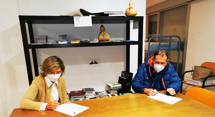 Un momento de la firma del convenio que servirá para aunar esfuerzos en favor de la promoción y conservación del Camino de Santiago. (FOTO: Asociación de Amigos del Camino de Santiago de Jaca)
