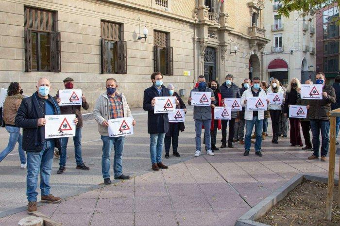 El PP propone una 'cumbre' entre DPH, Lambán y Gobierno de España por la crisis del turismo. En la imagen, miembro del PP durante la manifestación de la hostelería y el turismo en Huesca.