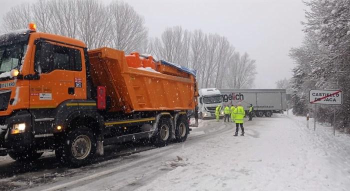 Las nevadas han causado incidencias en las carreteras de La Jacetania. En Castiello de Jaca, un camión bloqueaba el acceso al pueblo tras cruzarse en la carretera. (FOTO: A.A.)