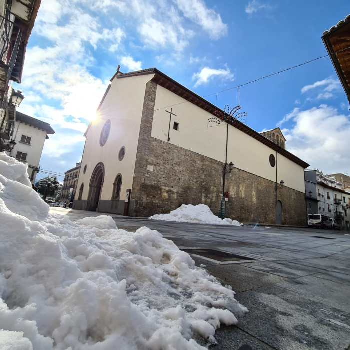 Todavía queda mucha nieve por las calles de Jaca. (FOTO: Rebeca Ruiz)