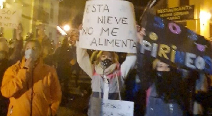 500 personas se manifiestan en Escarrilla en defensa del Pirineo Aragonés