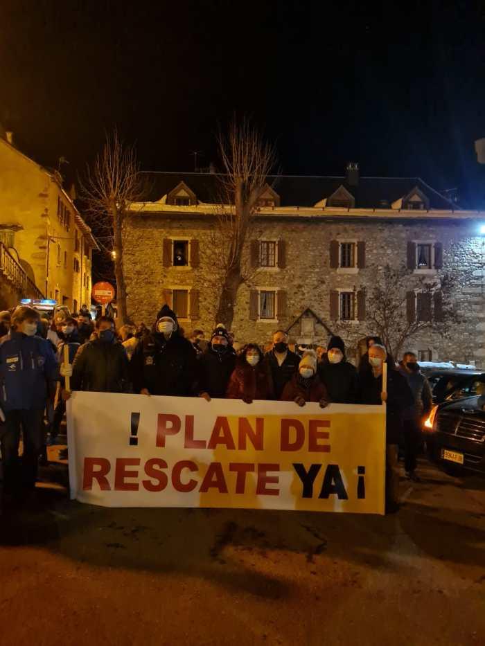 Alcaldes del Valle de Tena y la Tierra de Biescas, tras la pancarta que pedía un plan de rescate urgente para el Pirineo Aragonés.