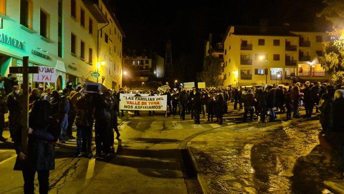 Cientos de personas lloran la muerte del Pirineo Aragonés en Sallent de Gállego. (FOTO: Rebeca Ruiz)