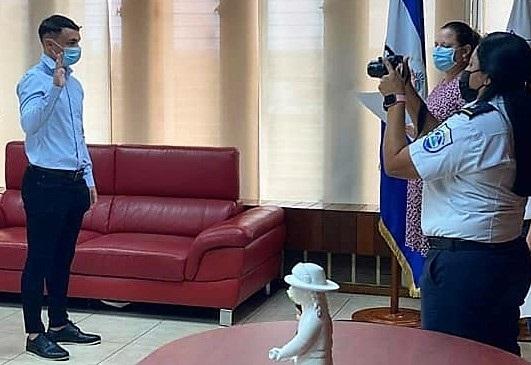Gállego, jurando la bandera nicaragüense.