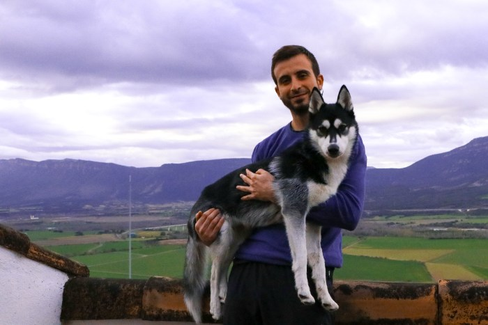 Adrián Solana, editor de Cima Norte, con su perra Quimal, compañera inseparable en sus salidas.