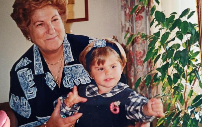 Con su nieta Inés, de pequeña, una abuela feliz...