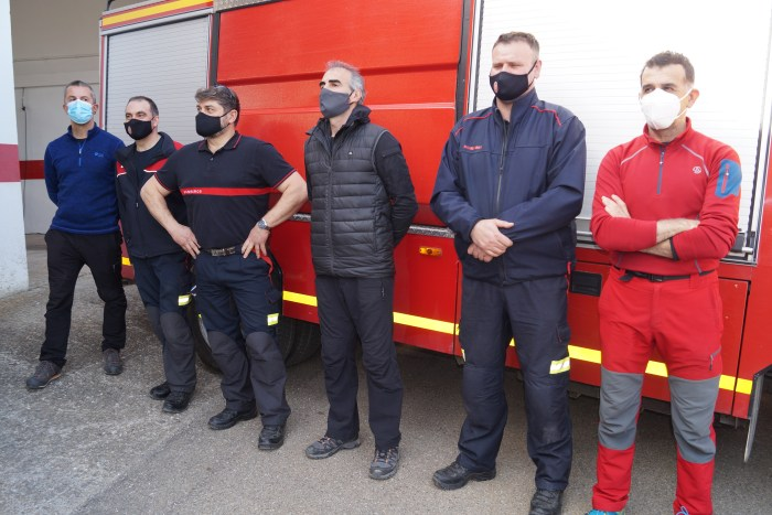 Parte de los bomberos de Jaca, presentes en el homenaje del Ayuntamiento. (FOTO: Rebeca Ruiz)