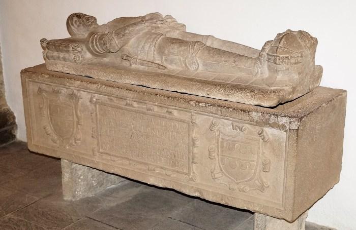 Los restos óseos de Juan de Velasco se encontraban en el interior de este sepulcro, que en su día estaba bajo el altar principal. (FOTO: Rebeca Ruiz)