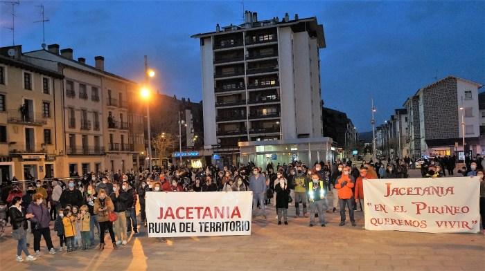 No se nos rían. Por Miguel Egaña. En la imagen, un momento de la manifestación de #SOSPirineoAragones en Jaca, el pasado viernes. (FOTO: Rebeca Ruiz)