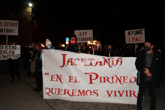 Afectados de La Jacetania, en la manifestación de Sallent de Gállego. La próxima cita, este viernes en Villanúa. (FOTO: Rebeca Ruiz)