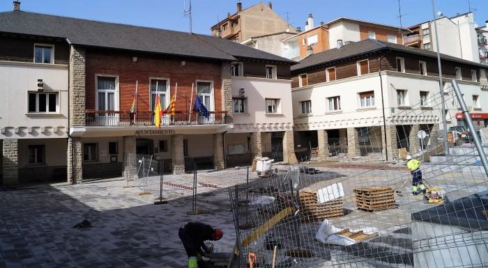 Trabajos en la Plaza de España de Sabiñánigo. (FOTO: Rebeca Ruiz)