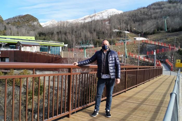 El concejal de Turismo de Panticosa, José Pueyo, en el acceso a las pasarelas, recién acondicionado. (FOTO: Rebeca Ruiz)