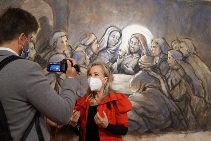 María Gómez expone en la Ciudadela de Jaca su particular visión sobre el Santo Grial hasta el próximo 9 de mayo. (FOTO: Rebeca Ruiz)