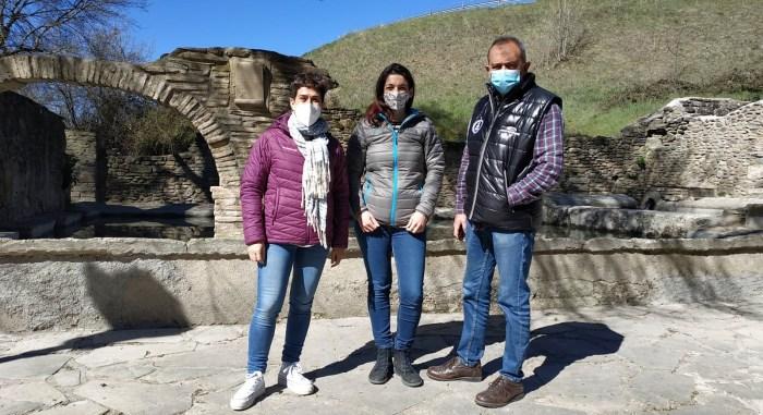 Los lavaderos de Jaca muestran su mejor imagen tras la restauración de este emblemático espacio. De izquierda a derecha, Nuria Vicente, Laura Climente y Javier Acín.