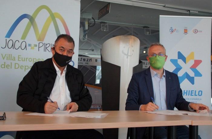 Frank González y Juan Manuel Ramón, durante la firma del convenio. (FOTO: Rebeca Ruiz)
