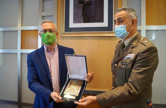 El general Mur hacía entrega de un placa de agradecimiento al alcalde de Jaca, antes de partir al Líbano. (FOTO: Rebeca Ruiz)
