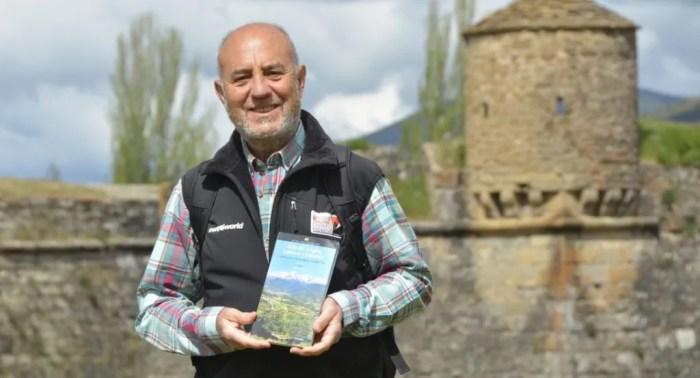 Chema Tapia presenta su último libro, 40 rutas y ascensiones por el Valle del Aragón, Lubierre y Estarrún. (FOTO: Ventura Chavarría)