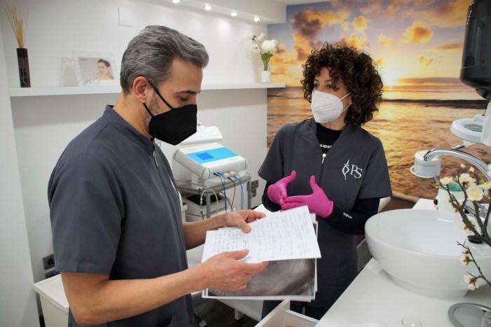 Salud, belleza y bienestar: Ellos también se cuidan. En la imagen, Rai Iturrioz , junto a una de sus compañeras, en la Clínica de la Doctora Patricia de Siqueira. (FOTO: Rebeca Ruiz)