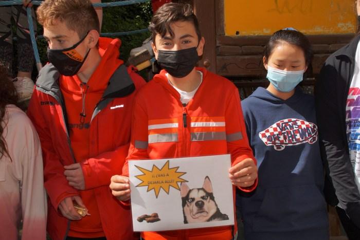 Campaña para concienciar a los dueños de los perros de que mantengan limpia Biescas. En la imagen, el Consejo de Infancia y Adolescencia, que se ha encargado de hacer los carteles. (FOTO: Rebeca Ruiz)