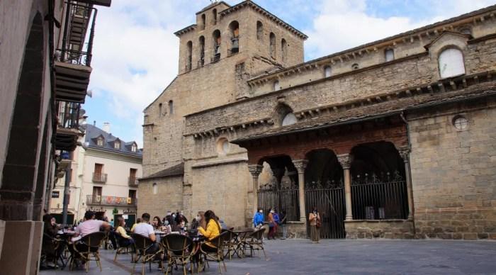 El Gobierno de Aragón anuncia el desconfinamiento de Jaca. En la imagen, de archivo, la Plaza de la Catedral de Jaca. (FOTO: Rebeca Ruiz)