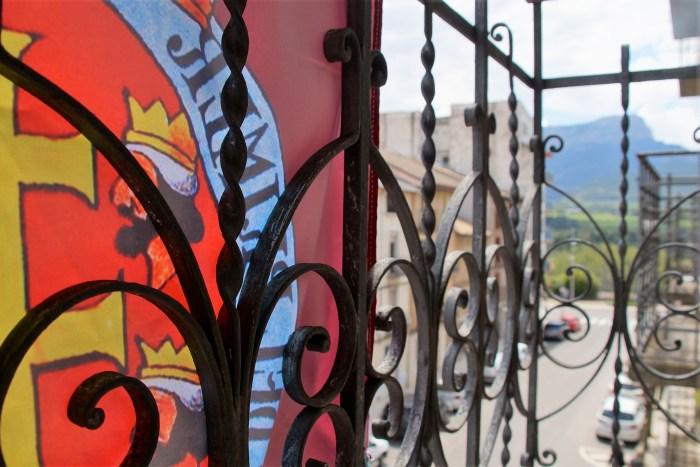Los primeros cubrebalcones del Primer Viernes de Mayo ya lucen en las casas jacetanas. (FOTO: Rebeca Ruiz)