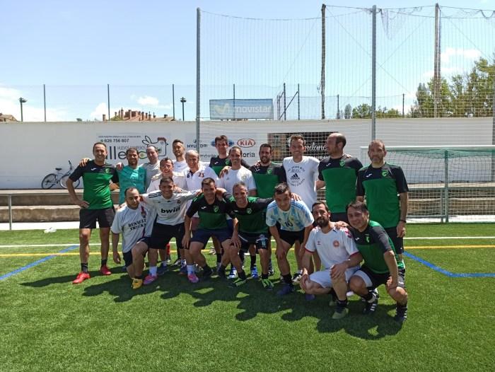 Veteranos Jaca representa a Aragón en la VII Donosti Masters Cup. Parte del equipo, junto a Petón y Dani Aso, en el Campo del Oroel, hace unos días. (FOTO: Veteranos Jaca)