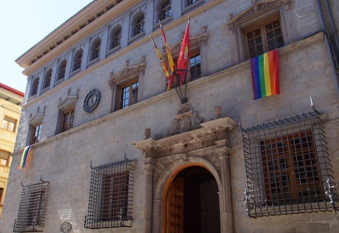 El Ayuntamiento de Jaca se suma a la conmemoración del Día del Orgullo LGBT+ (FOTO: Rebeca Ruiz)