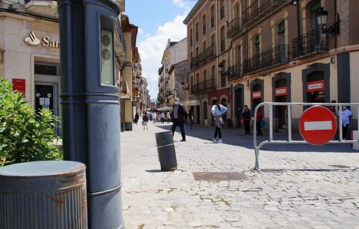 Casi 400.000 € para los bolardos inteligentes de Jaca, con lector de matrículas y videovigilancia. En la imagen, bolardos inutilizados en la Calle Mayor. (FOTO: Rebeca Ruiz)