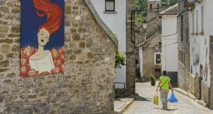 La Compañía Ilustrada llega a Jaca y Biescas. En la imagen, Hecho, por donde ya pasó la muestra. (FOTO: DPH/Sergio Padura)