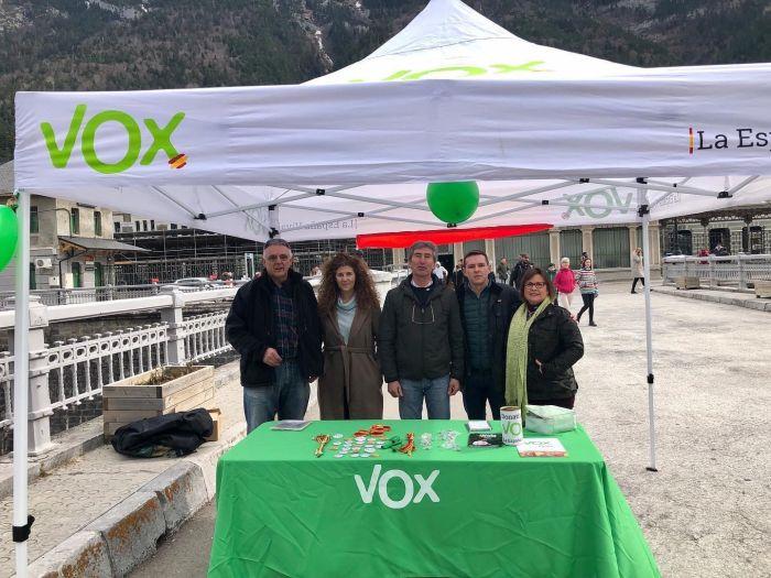 Nacho Pomar (segundo por la derecha) abandona Vox Jaca por discrepancias con la dirección provincial. En la imagen, Pomar, en un acto de Vox.