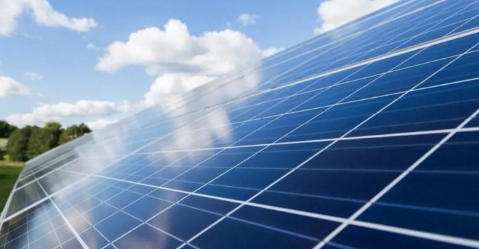 """El PP de Sabiñánigo reclama información """"clara e inmediata"""" sobre los proyectos de renovables. Placas fotovoltaicas, en una imagen de archivo."""