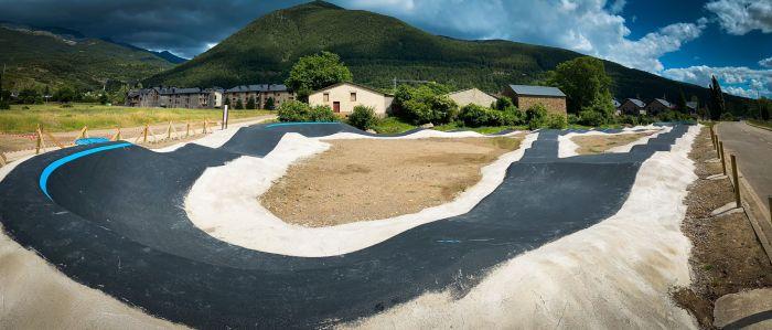 Villanúa apuesta por las últimas tendencias deportivas y lanza un espectacular Pump Track. (FOTO: Ayuntamiento de Villanúa)