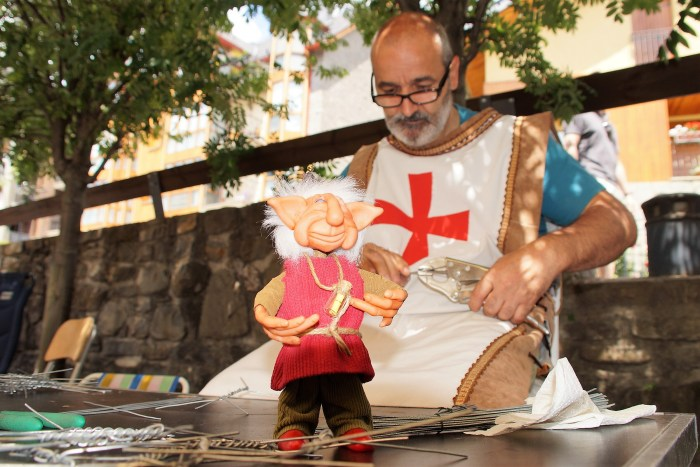 Panticosa vuelve al pasado entre bufones, brujas y duendes en un animado Mercado Medieval