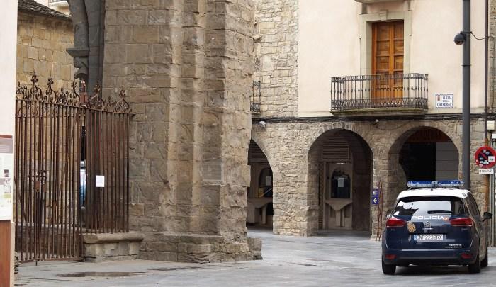 La Policía Nacional refuerza la presencia policial en las zonas de ocio de Jaca. Un vehículo oficial, en la Plaza de la Catedral, en una imagen de archivo. (FOTO: Rebeca Ruiz)