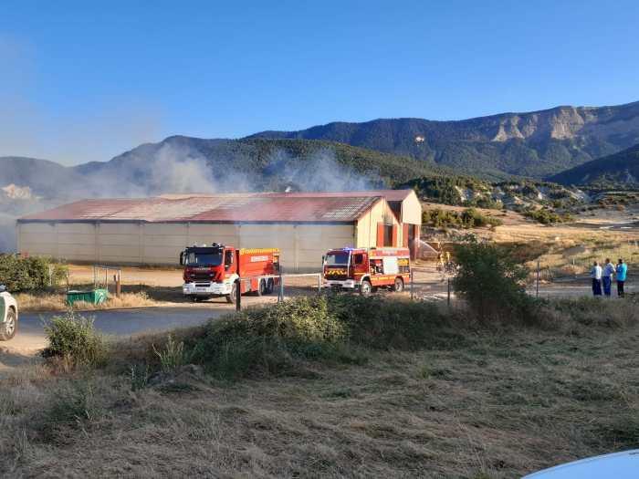 Incendio en unas naves de hierba y paja en Ulle