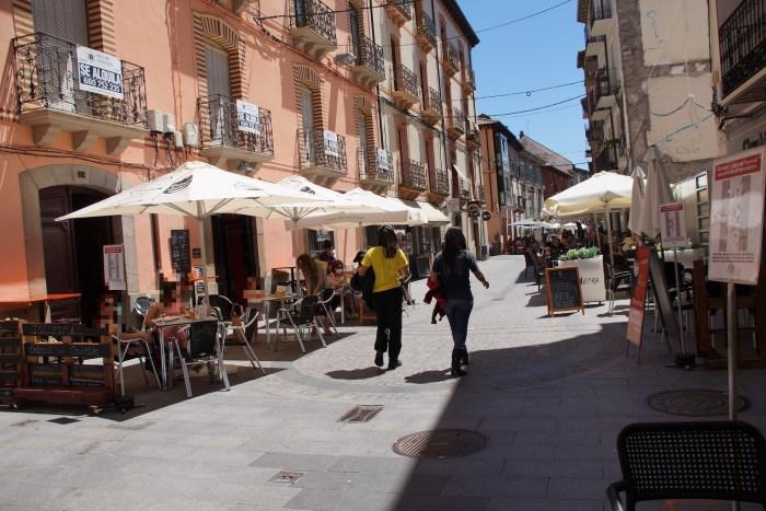 La quinta ola en España y el ocio nocturno. En la imagen, de archivo, una calle de Jaca.