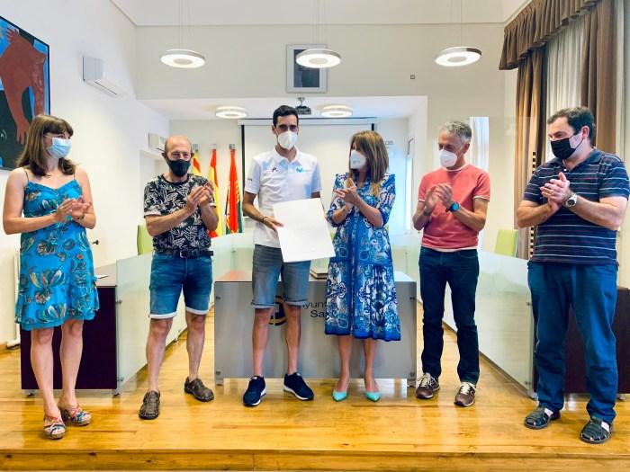 Sabiñánigo homenajea al ciclista serrablés Jorge Arcas por su primer Tour de Francia