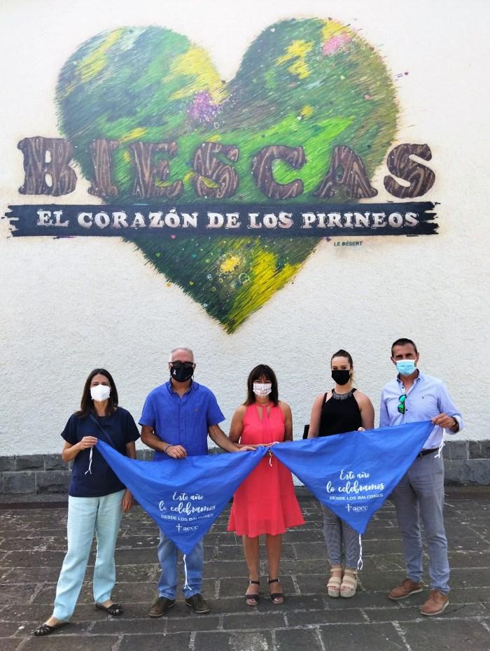 Biescas, la AECC y Caja Rural presentan la pañoleta solidaria de las 'no fiestas'