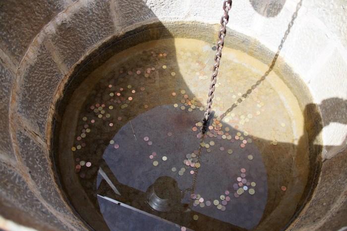 El pozo de los deseos de la Ciudadela de Jaca, a beneficio de Unicef y del Banco de Alimentos. (FOTO: Rebeca Ruiz)