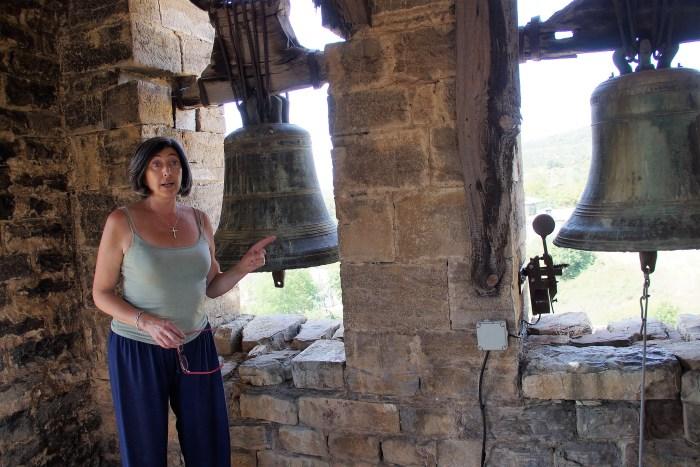 Iglesia del Salvador de Majones: una puerta abierta a una historia tan fascinante como desconocida. En la imagen, Beatriz Francisoud Araguás, con la llave de la iglesia en las manos. (FOTO: Rebeca Ruiz)