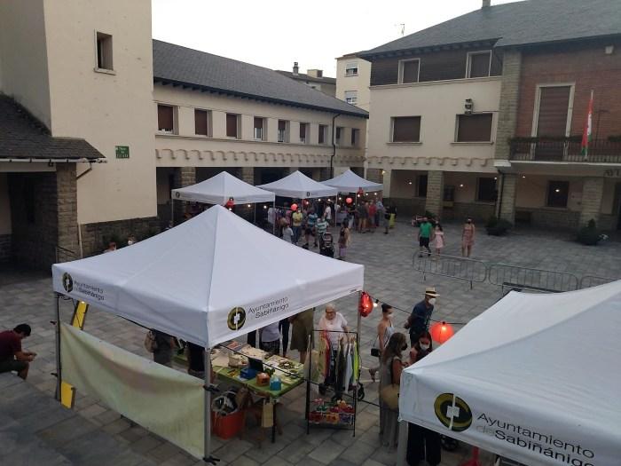 Animada Feria Nocturna del Comercio en Sabiñánigo, una iniciativa con corazón. (FOTO: AEPAG)