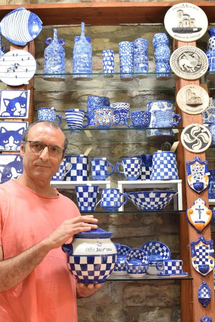 Miguel Castejón, creador de la Olla Jacetana, en su taller de Santa Cruz de la Serós.